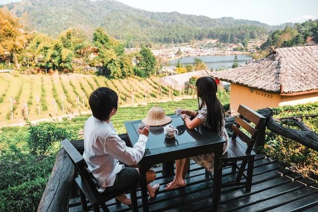 Asiatische paarreise an lee-wein rak thai, chinesische regelung, mae hong son, thailand Premium Fotos
