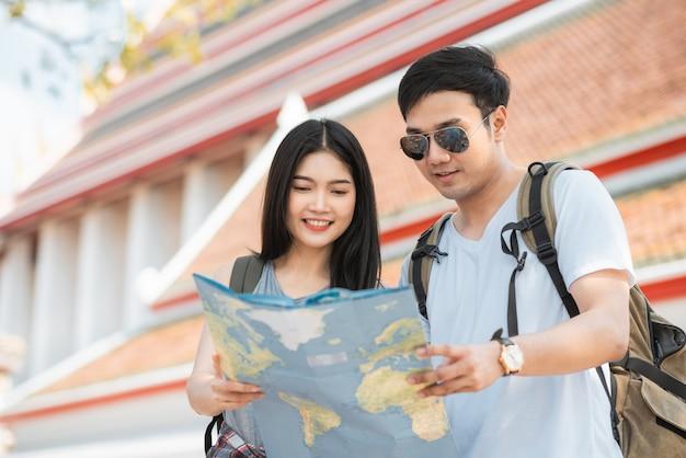 Asiatische paarrichtung des reisenden auf standortkarte in bangkok, thailand Kostenlose Fotos