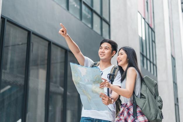 Asiatische paarrichtung des reisenden auf standortkarte in peking, china Kostenlose Fotos