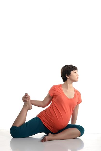 Asiatische schwangere frau, die yoga tut Premium Fotos