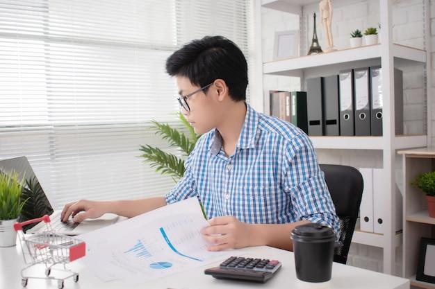 Asiatische startup-geschäftsleute arbeiten hart in ihren büros. Premium Fotos