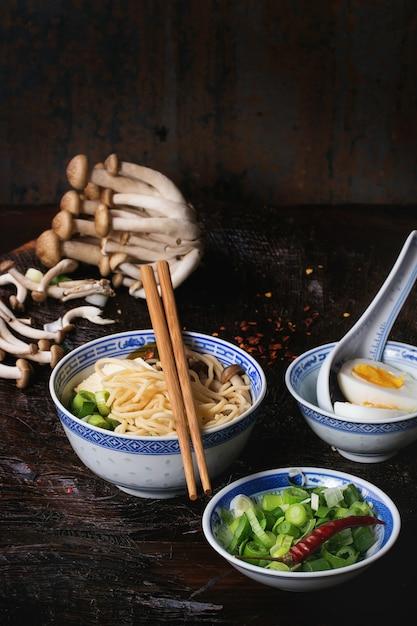 Asiatische suppe ramen mit feta Premium Fotos