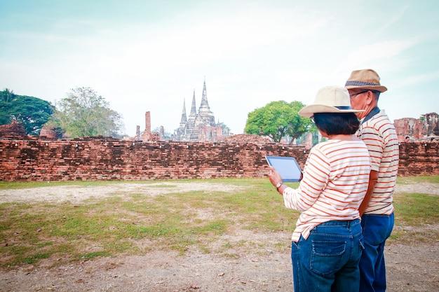 Asiatische touristen, ältere männer und frauen besuchen die ruinen ayutthaya thailand Premium Fotos