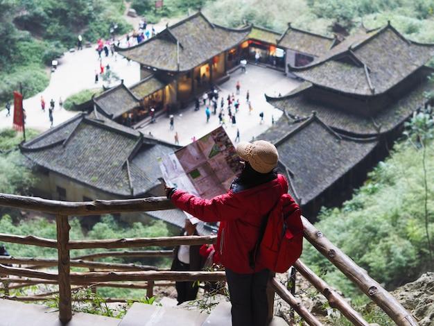 Asiatische touristische frau, die zur karte stadt in chongqing, china betrachtet. Premium Fotos