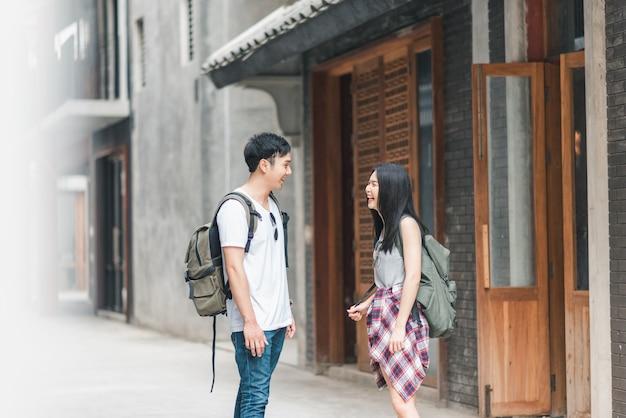 Asiatische wandererpaare des reisenden, die sich glücklich fühlen, in peking, china zu reisen Kostenlose Fotos