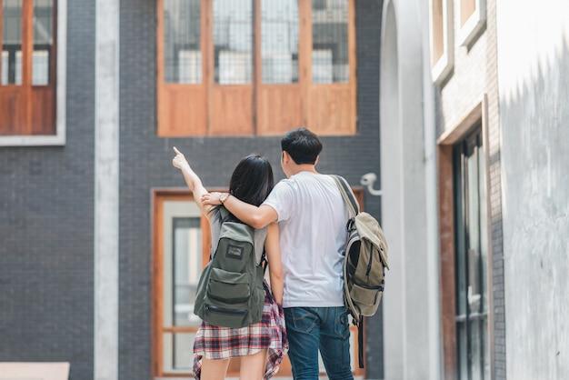 Asiatische wandererpaare des reisenden, die sich glücklich reisen in peking, china, nette junge jugendlichpaare, die in chinatown gehen. Kostenlose Fotos