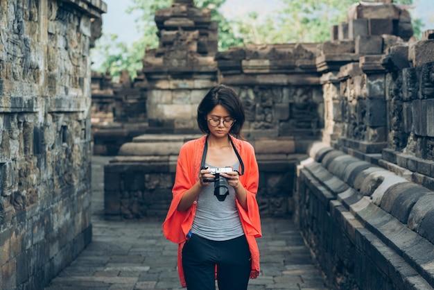Asiatische weibliche alleinreisende machen alte gebäude des fotos an borobudur-tempel, java, indonesien Premium Fotos