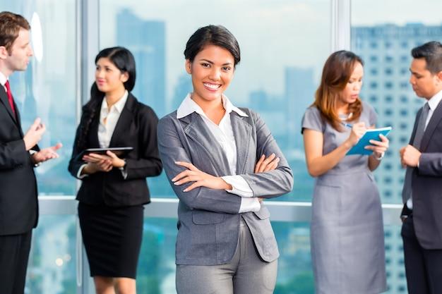 Asiatische wirtschaftler, die sitzung im büro haben Premium Fotos