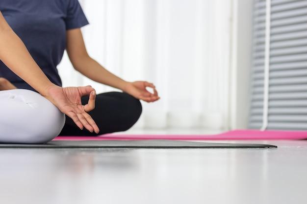Asiatische yogalehrer unterrichten die schüler einzeln im fitnessstudio, gesund und stark zu sein. Premium Fotos