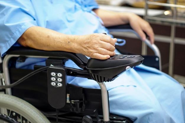 Asiatischer älterer oder älterer frauenpatient alter dame auf elektrischem rollstuhl an der krankenpflegekrankenhaus Premium Fotos
