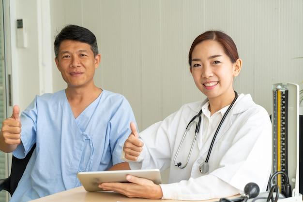 Asiatischer älterer patient, der beratung mit doktor hat Premium Fotos