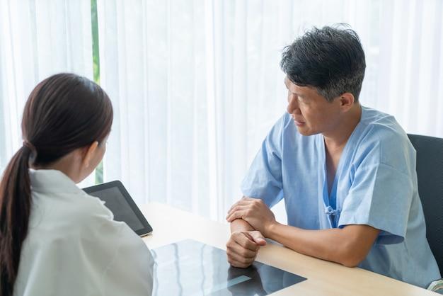 Asiatischer älterer patient, der beratung mit doktor im büro hat Premium Fotos