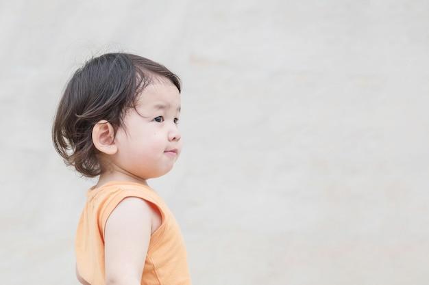 Asiatischer blick der nahaufnahme kinderim raum mit lächelngesicht Premium Fotos