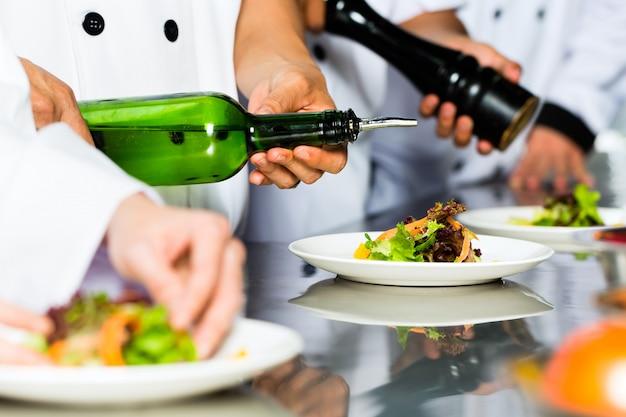 Asiatischer chef beim restaurantküchenkochen Premium Fotos