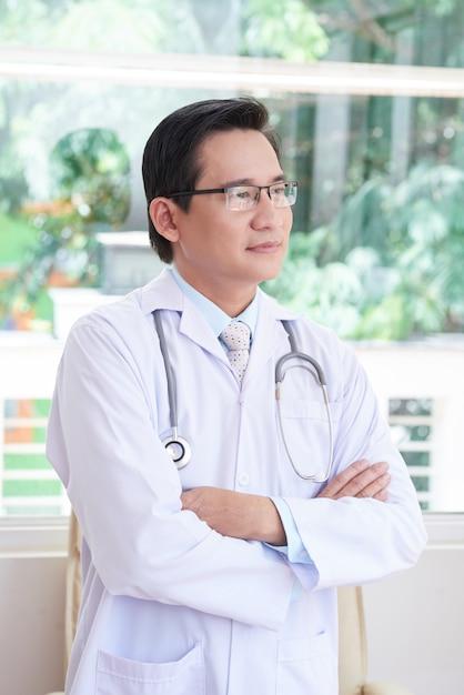 Asiatischer doktor im büro Kostenlose Fotos