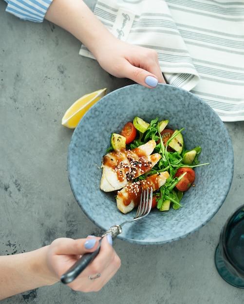 Asiatischer fischsalat mit frischem mikrogrün und gemüse auf betonhintergrund. draufsicht, vertikal. Premium Fotos