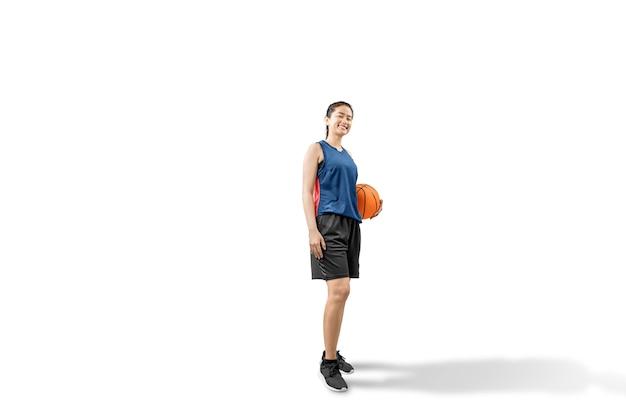 Asiatischer frauenbasketballspieler, der die kugel anhält Premium Fotos