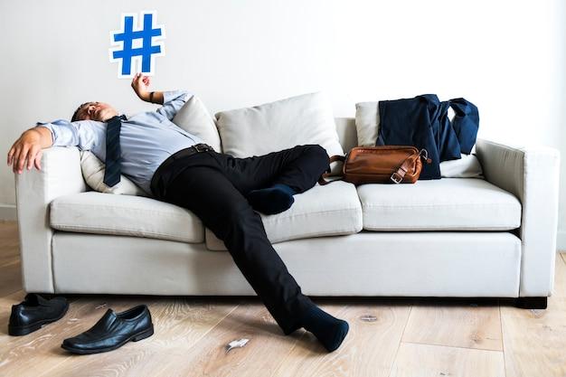 Asiatischer geschäftsmann, der den bruch legt auf couch macht Premium Fotos