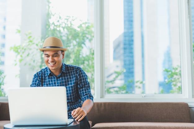 Asiatischer geschäftsmann unter verwendung des laptop-computer notizbuches für arbeit. Premium Fotos