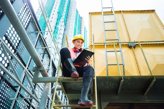 Asiatischer indonesischer bauarbeiter auf baustelle Premium Fotos