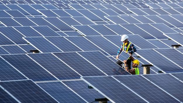 Asiatischer ingenieur bei der überprüfung von geräten im solarkraftwerk, reine energie, erneuerbare energie Premium Fotos
