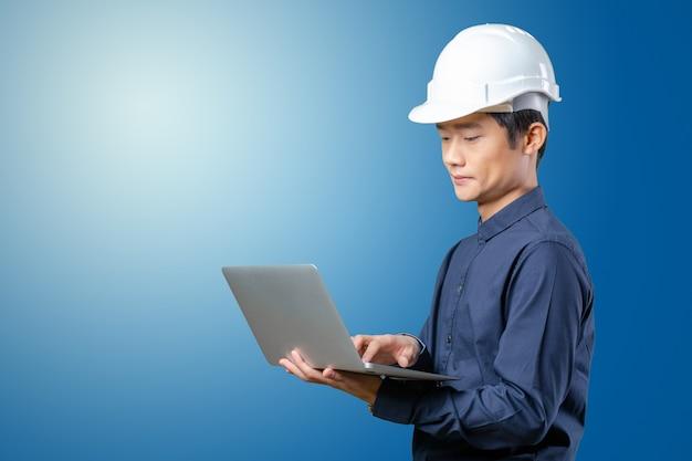 Asiatischer ingenieur des mannes mit laptop Premium Fotos