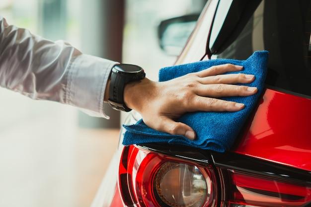 Asiatischer inspektionsscheinwerfer des mannes und reinigungsausrüstungsautowäsche Premium Fotos