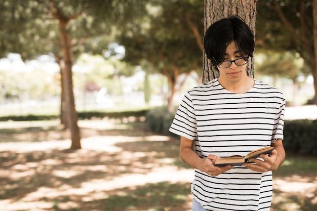Asiatischer jugendstudent mit geöffnetem buch Kostenlose Fotos