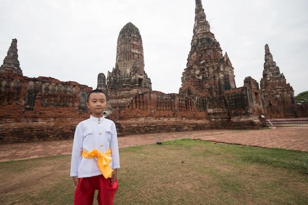 Asiatischer junge, der thailändisches kleid im alten tempel trägt Premium Fotos