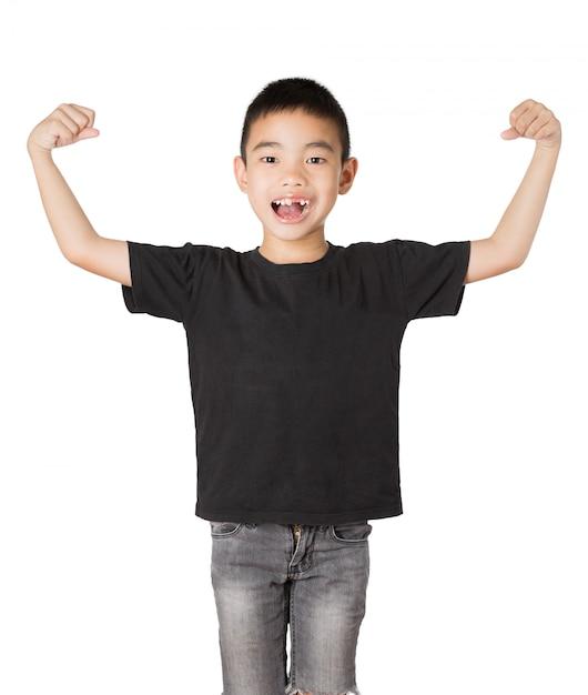 Asiatischer junge des lächelns mit dem gebrochenen zahn, stark auf weißem hintergrund Premium Fotos