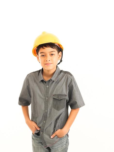 Asiatischer junge mit ingenieur- und sicherheitsgelbhut auf weißem hintergrund Premium Fotos