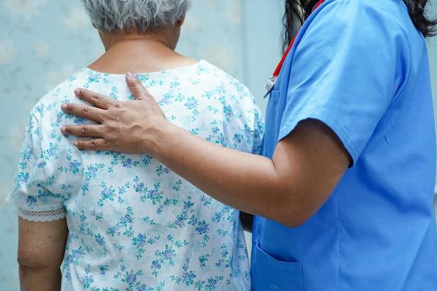 Asiatischer krankenschwesterphysiotherapeut-doktorsorgfalt- und -hilfspatient. Premium Fotos