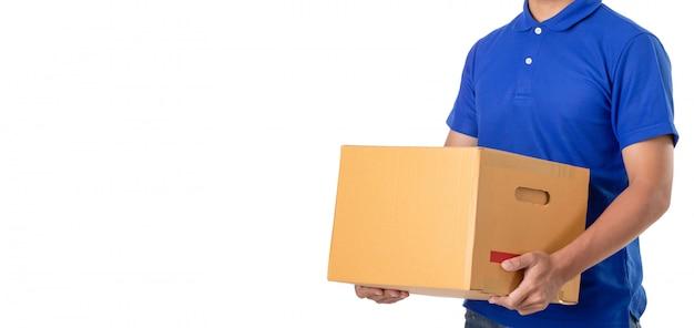 Asiatischer lieferbote tragen die braunen paket- oder pappschachteln, die auf weiß lokalisiert werden Premium Fotos