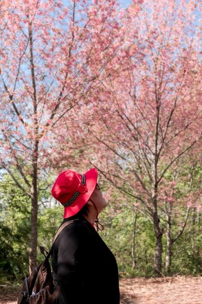 Asiatischer mädchenwanderer auf dem hügel Premium Fotos