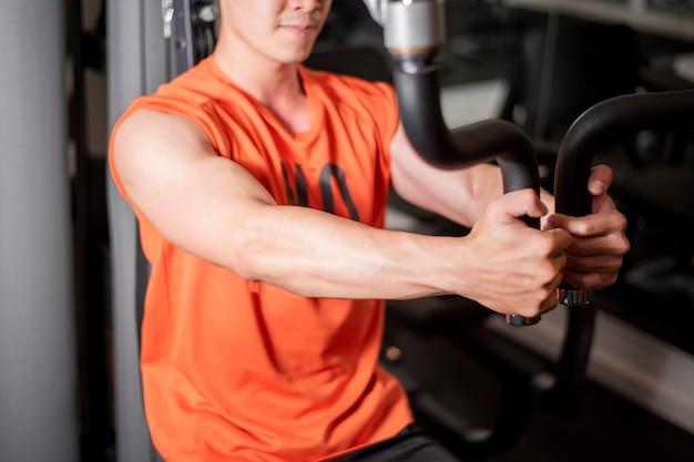 Asiatischer mann arbeitet in der eignungsturnhalle aus Premium Fotos