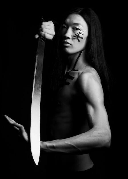 Asiatischer mann asiatischer mann mit katana Premium Fotos