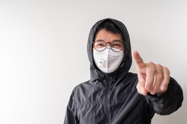 Asiatischer mann, der chirurgische maske trägt, um grippekrankheit koronavirus und staub pm 2,5 zu verhindern Premium Fotos