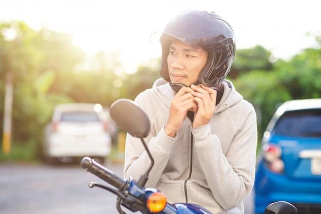 Asiatischer mann, der einen sturzhelm trägt Premium Fotos