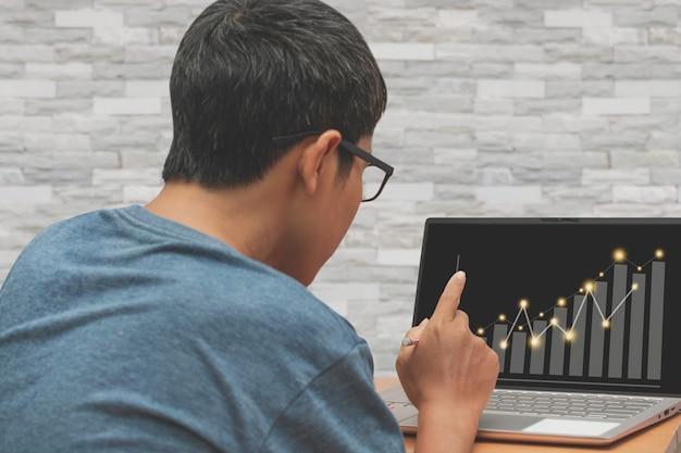 Asiatischer mann, der geschäftsfinanzierung arbeitet, arbeit vom hauptkonzept. Premium Fotos