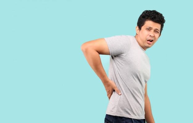 Asiatischer mann, der unter rückenschmerzen leidet..