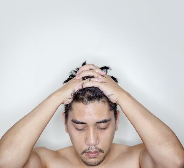Asiatischer mann mit bart und schnurrbart in ernsthafter aktion Premium Fotos