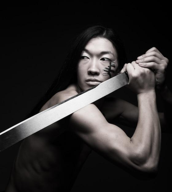 Asiatischer mann mit katana Premium Fotos