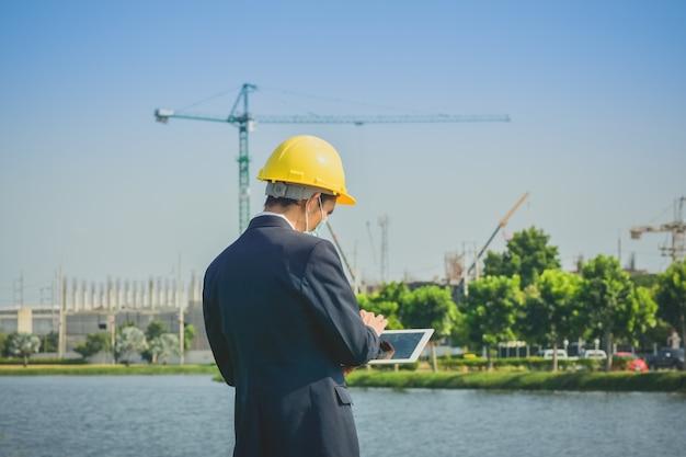 Asiatischer mann oder geschäftsmann umfrage vor ort immobilienbau Premium Fotos