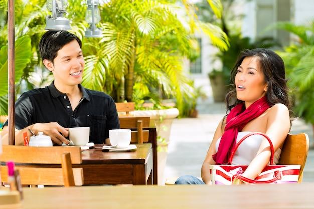 Asiatischer mann und frau im restaurant oder im café Premium Fotos