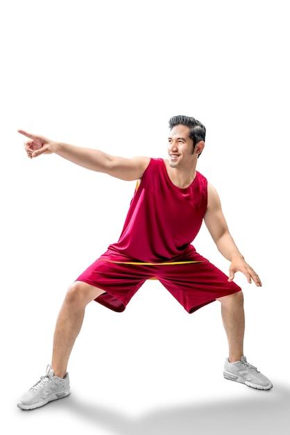 Asiatischer mannbasketballspieler in der haltung des tröpfelns der kugel Premium Fotos