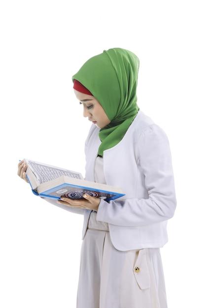 Asiatischer moslemischer frauenlesekoran Premium Fotos