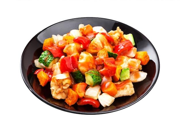 Asiatischer salat - huhn mit gemüse in der würzigen soße lokalisiert auf weiß Premium Fotos