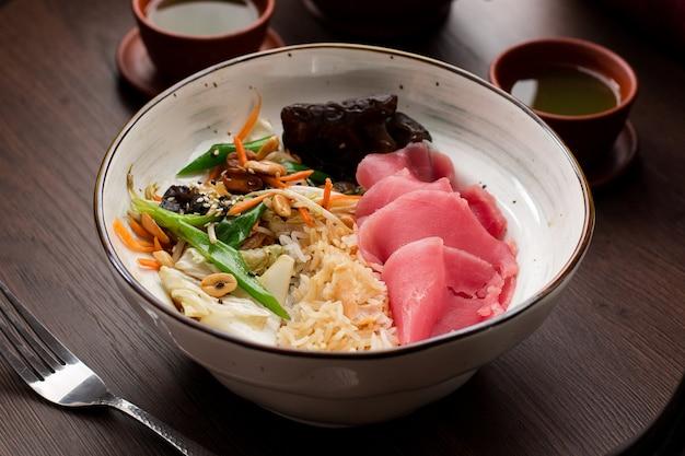 Asiatisches essen: reis mit thunfisch und erdnüssen Premium Fotos
