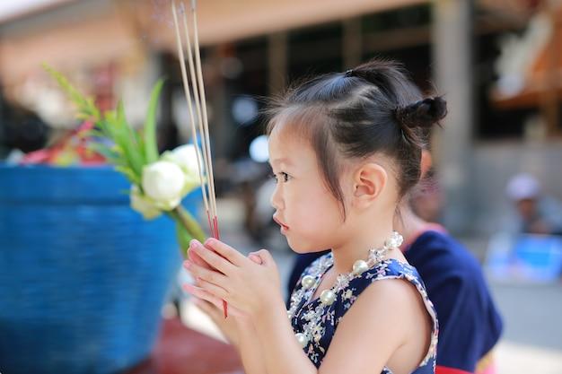 Asiatisches kindermädchen im traditionellen songkran festivalkleid Premium Fotos