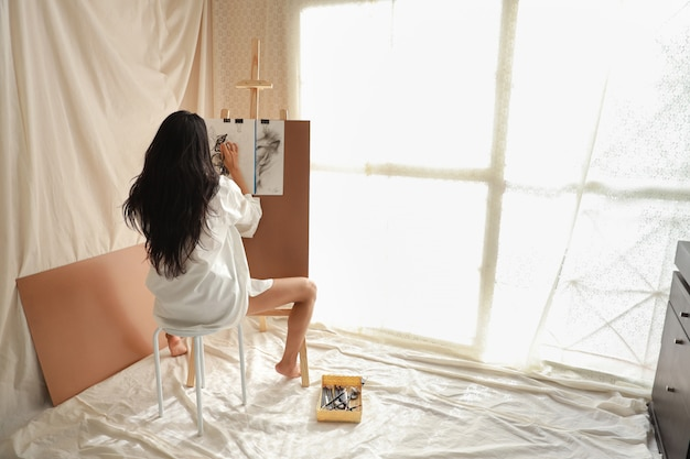 Asiatisches künstlerfrauen-zeichnungsbild mit bleistift im salon Premium Fotos